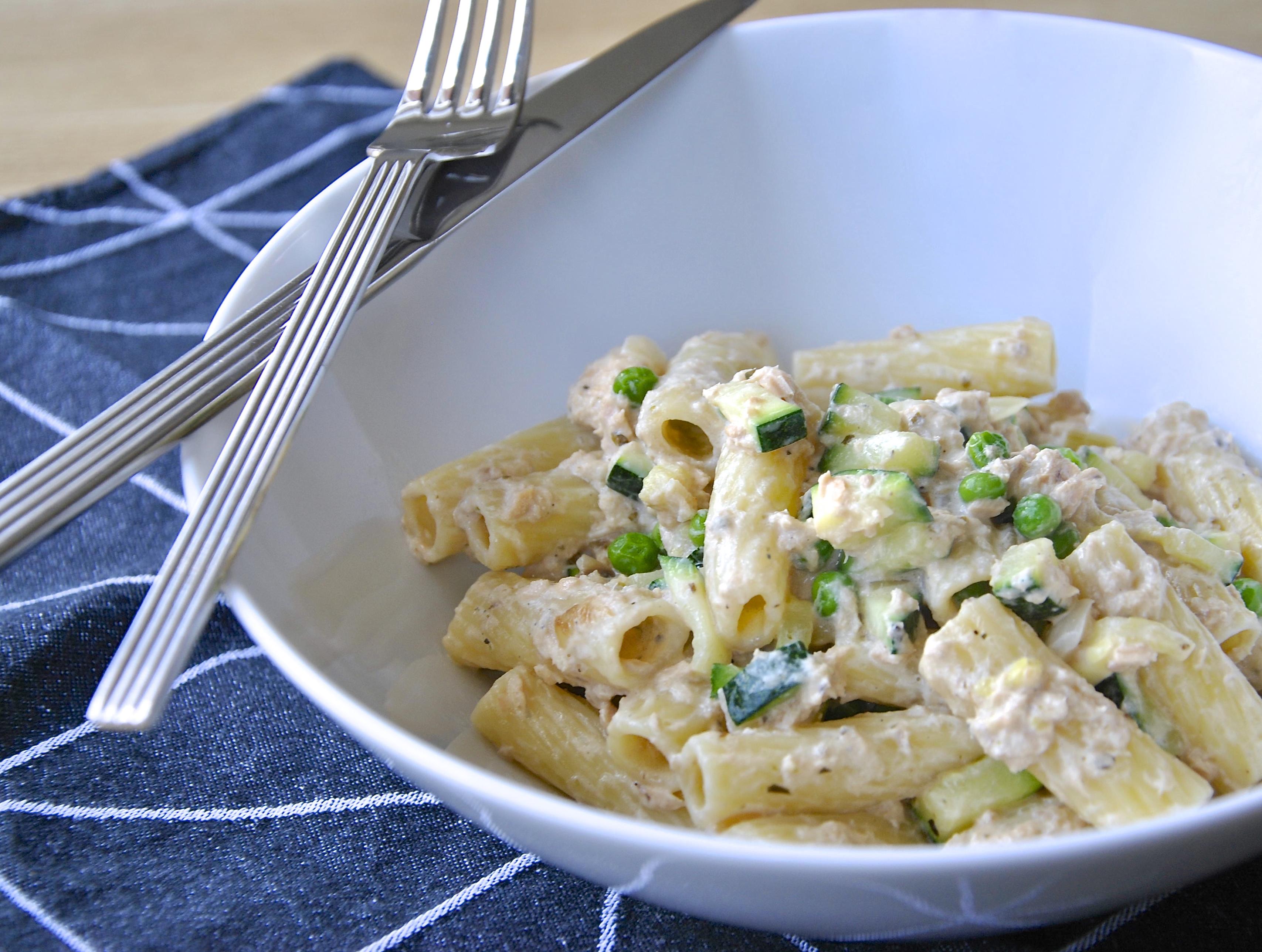 Grote pasta met zalm, courgette en doperwten