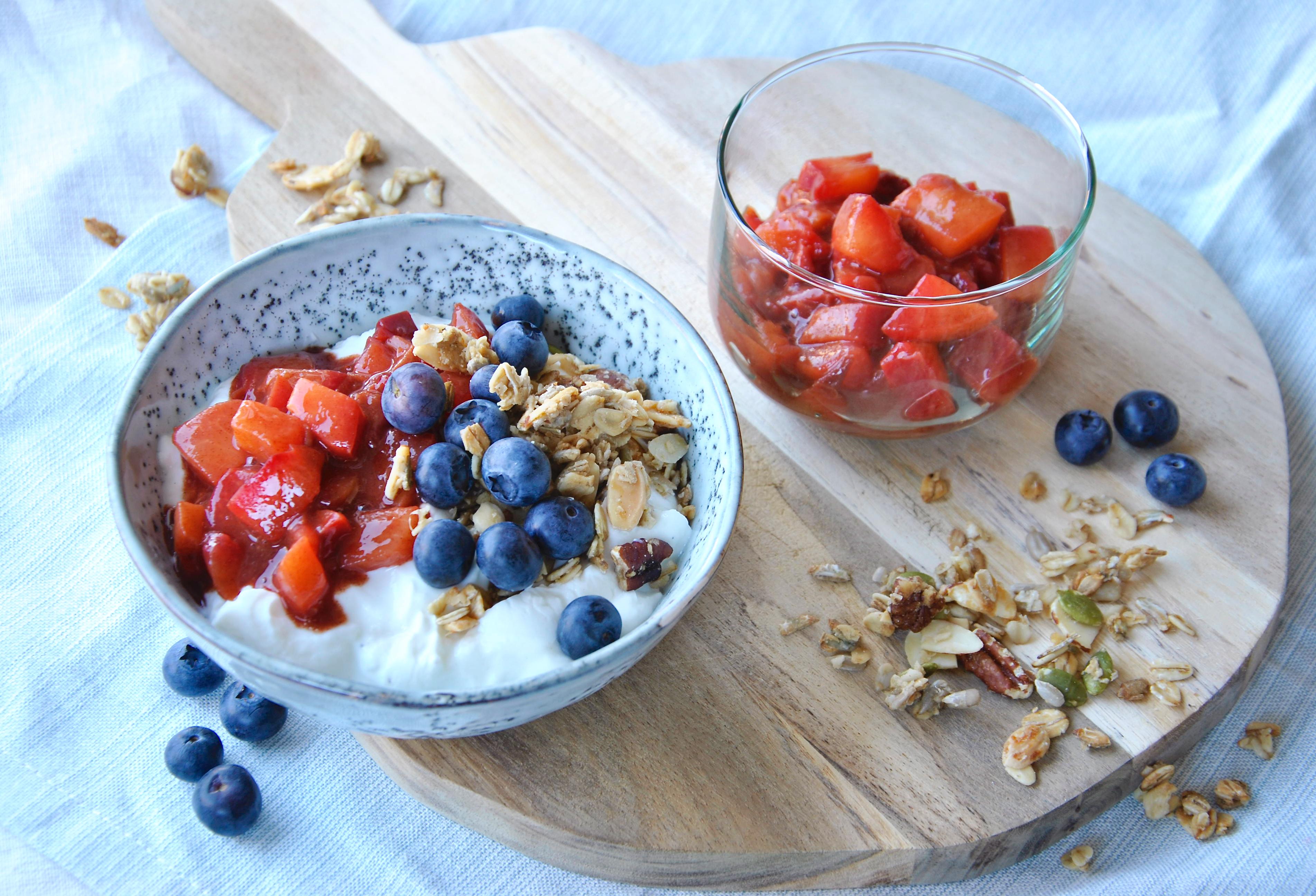 Kwark met pruimencompote, granola en blauwe bessen